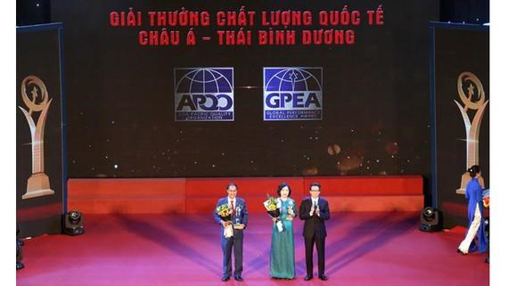 Hai doanh nghiệp được trao Giải thưởng Chất lượng quốc tế châu Á - Thái Bình Dương 2018. Ảnh: PV/Vietnam+