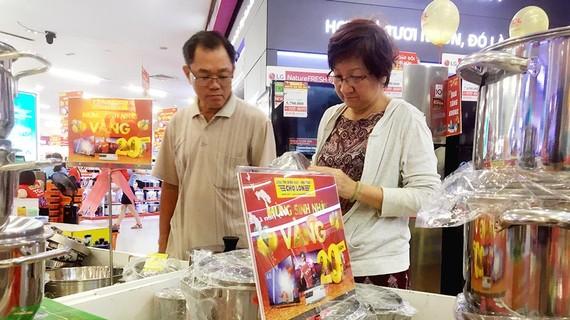 Người tiêu dùng chọn mua hàng hóa tại một siêu thị trên địa bàn quận 5, TPHCM chiều tối 23-6. Ảnh: THI HỒNG