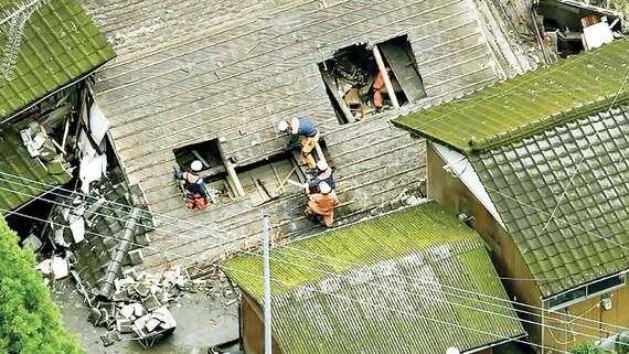 Cứu hộ người bị mắc kẹt do mưa lũ ở miền Nam Nhật Bản