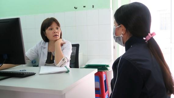 Bác sĩ đang tư vấn cho thai phụ dự phòng lây nhiễm HIV từ mẹ sang con