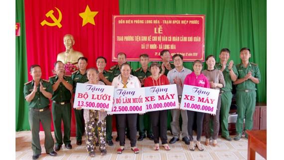 Các đơn vị cơ sở trong BĐBP TPHCM tặng phương tiện sinh kế cho người nghèo ở huyện Cần Giờ. Ảnh: Đức Thắng/ĐCSVN