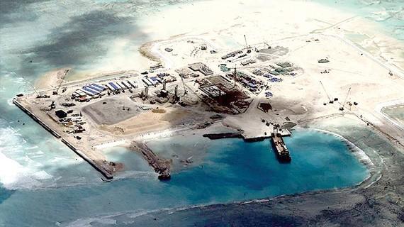Một đảo nhân tạo mà Trung Quốc bồi đắp trái phép tại biển Đông. Ảnh: Trung tâm Nghiên cứu chiến lược và quốc tế (CSIS)