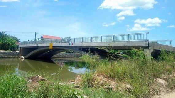 Cầu đã hoàn thiện các hạng mục xây dựng, hệ thống lan can cầu nhưng không có đường dẫn nối hai đầu cầu