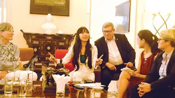 Cô Stéphanie Do (vest trắng) và nhóm nghị sĩ hữu nghị Pháp - Việt trò chuyện với báo chí tại TPHCM