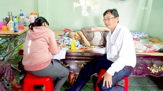 Cán bộ ngành LĐTB-XH TPHCM tới nhà dân giải quyết chính sách có công