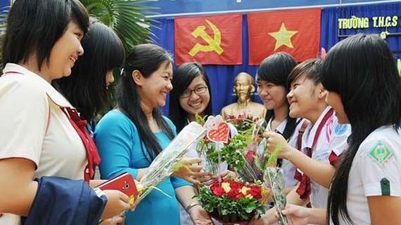 Học sinh trở về trường cũ tặng hoa tri ân cô giáo nhân Ngày Nhà giáo Việt Nam. Ảnh: MAI HẢI
