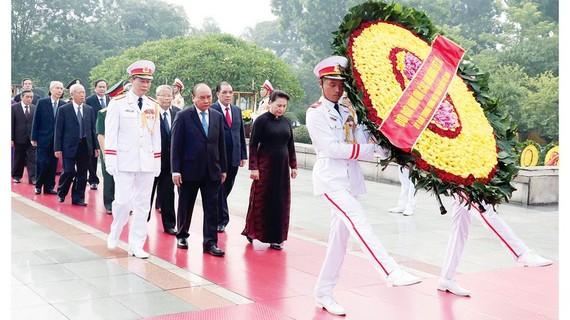 Đoàn đại biểu lãnh đạo, nguyên lãnh đạo Đảng, Nhà nước, MTTQ Việt Nam đặt vòng hoa, tưởng niệm các Anh hùng Liệt sĩ. Ảnh: TTXVN