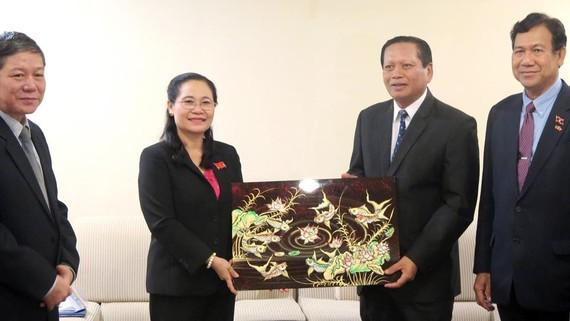 Chủ tịch HĐND TPHCM Nguyễn Thị Lệ tặng bức tranh tới Bí thư Tỉnh ủy, Tỉnh trưởng tỉnh Champasak