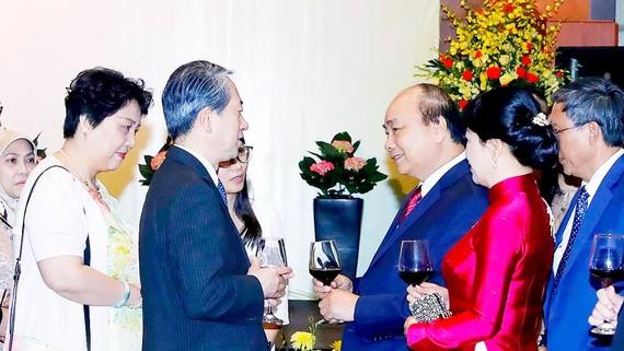 Thủ tướng Nguyễn Xuân Phúc và phu nhân gặp gỡ các đại biểu dự tiệc chiêu đãi. Ảnh: TTXVN