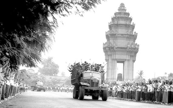 Nhân dân thủ đô Phnôm Pênh tiễn quân tình nguyện Việt Nam về nước. Ảnh: TTXVN