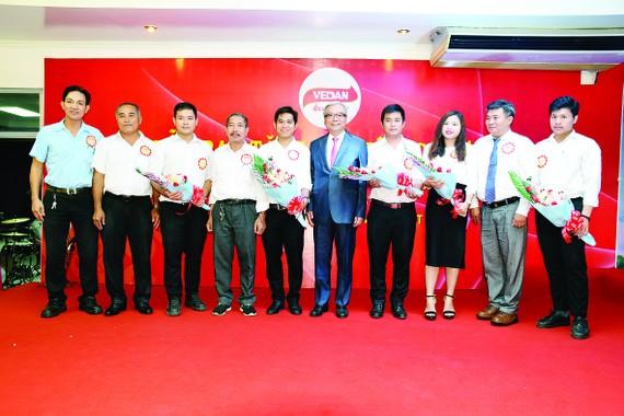 Tổng Giám đốc trao hoa và chúc mừng các gia đình có 2 thế hệ làm việc tại công ty