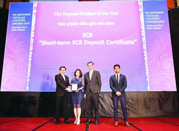 Bà Trần Thị Minh Thảo - Giám đốc Khối Ngân hàng Bán lẻ, đại diện SCB nhận giải thưởng từ Ban tổ chức The Asian Banker