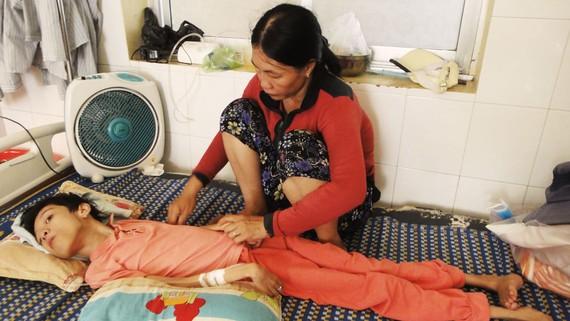 Em Trâm và mẹ tại Trung Tâm Y tế huyện Hoài Nhơn