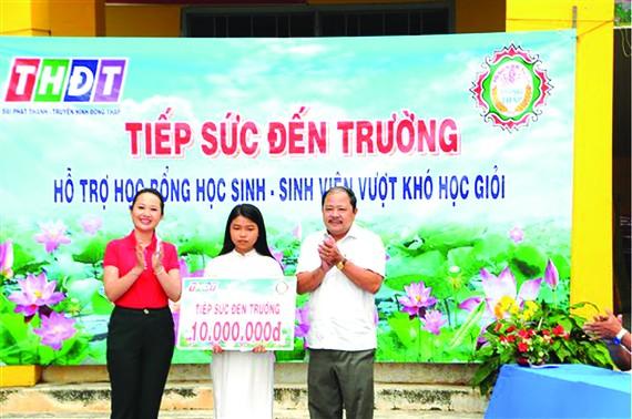 Ông Ngô Thanh Trí - PGĐ Công ty TNHH MTV Xổ số  kiến thiết tỉnh Đồng Tháp đại diện nhà tài trợ chính trao học bổng cho em Trần Như