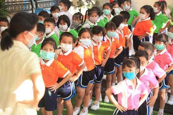 Giáo viên và học sinh một trường mẫu giáo ở Bangkok đeo khẩu trang chống bụi trong giờ học. Ảnh: BANGKOK POST