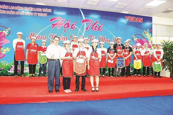 Ông Ni Chih Hao - Phó Tổng Giám đốc điều hành trao giải nhất giải nấu ăn cho đội Pháp chế