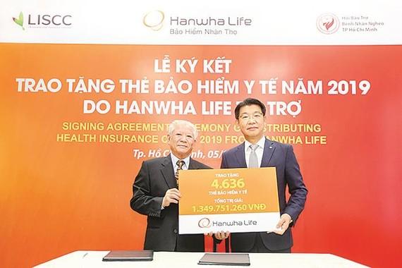 Hanwha Life Việt Nam tặng 4.636 thẻ bảo hiểm y tế cho người nghèo