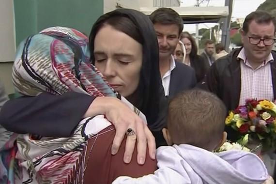 Thủ tướng New Zealand Jacinda Ardern (giữa) thăm Nhà thờ Hồi giáo Kilbirnie ở thủ đô Wellington ngày 17-3 để tưởng niệm nạn nhân vụ tấn công ở Christchurch. Ảnh: TVNZ