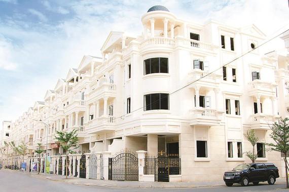 Nhà phố liền kề xây sẵn với thiết kế cao 4 tầng + 1 hầm, gồm 4 phòng ngủ có vị trí căn góc tại các góc đường lớn nội khu, thông ra đường Nguyễn Văn Lượng và Phan Văn Trị