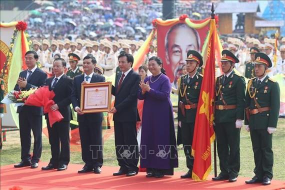 Đồng chí Tòng Thị Phóng, Ủy viên Bộ Chính trị, Phó Chủ tịch Thường trực Quốc hội trao tặng Huân chương Độc lập hạng Nhất cho tỉnh Điện Biên tại buổi lễ. Ảnh: TTXVN
