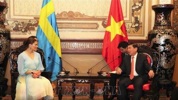 Đồng chí Nguyễn Thành Phong, Chủ tịch UBND TPHCM tiếp công chúa kế vị Hoàng gia Thụy Điển Victoria Ingrid Alice Desiree. Ảnh: TTX