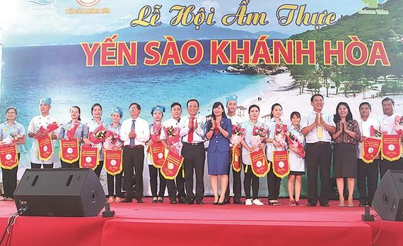 Ban tổ chức tặng hoa cho các đội tham dự