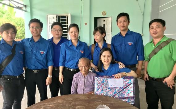 Các đoàn viên thanh niên tặng quà cho Mẹ Việt Nam Anh hùng Đặng Thị Thu.