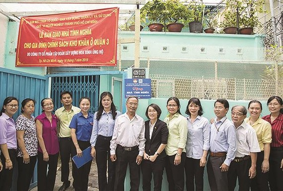 Công ty CP Tập đoàn Xây dựng Hòa Bình trao tặng hai căn nhà tình thương