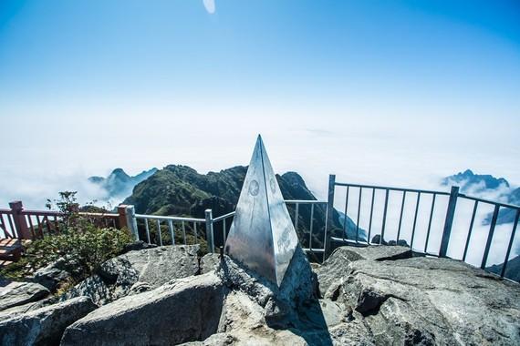 Chiếc chóp inox hiện đang được đặt trên đỉnh Fansipan huyền thoại