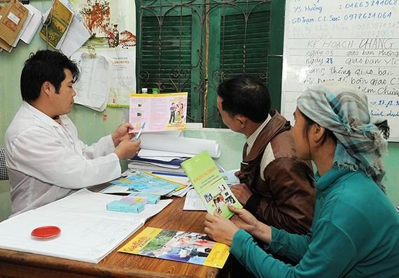Cán bộ Trạm y tế xã Nậm Sài, huyện Sa Pa (Lào Cai) tuyên truyền công tác dân số, kế hoạch hóa gia đình cho người dân địa phương. Ảnh: QUANG MINH