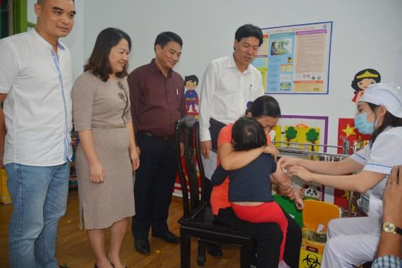 PGS.TS Nguyễn Nhật Cảm, Giám đốc Trung tâm Kiểm soát bệnh tật thành phố Hà Nội kiểm tra công tác tiêm chủng tại điểm tiêm Trường Mầm non Tuổi Thơ, quận Hoàn Kiếm.
