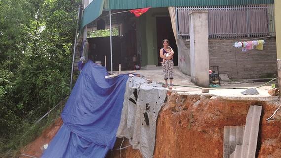Sạt lở uy hiếp ngôi nhà của bà Nguyễn Thị Phương (TT. Nam Đàn, H.Nam Đàn, Nghệ An).