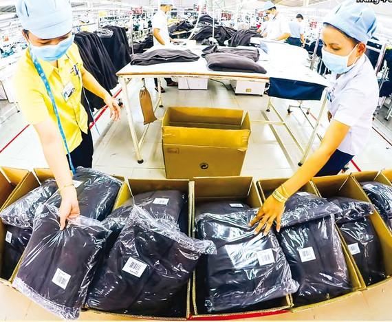 Để bù đắp thị trường Hoa Kỳ, mặt hàng quần áo, thời trang Trung Quốc với giá rẻ sẽ tràn về Việt Nam. Ảnh Long Thanh