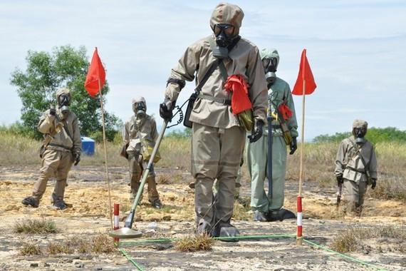 Các chuyên gia rà phá bom mìn và xử lý ô nhiễm tại sân bay Đà Nẵng.