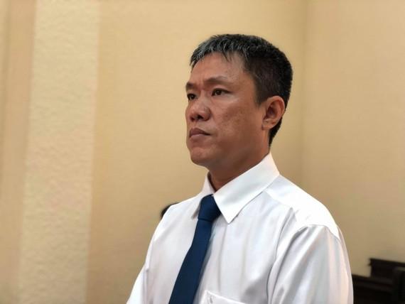 Họa sĩ Lê Linh  chờ nghe tòa tuyên án trong phiên xử sáng 18-2.