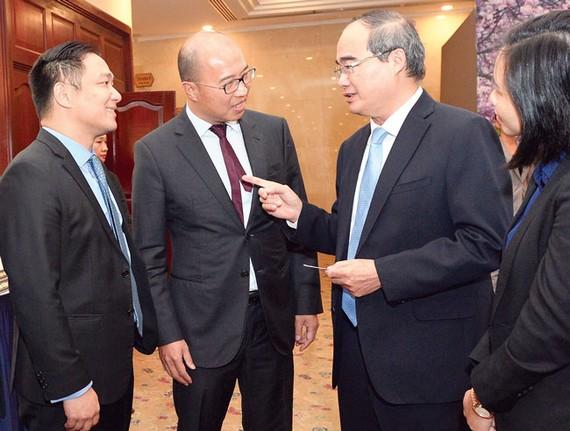 Bí thư Thành ủy TPHCM Nguyễn Thiện Nhân trao đổi  cùng doanh nghiệp tại Hội nghị Xúc tiến đầu tư vào TPHCM Ảnh: Việt Dũng