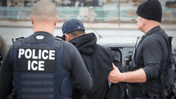Một người nhập cư bị bắt. Ảnh: TELESUR