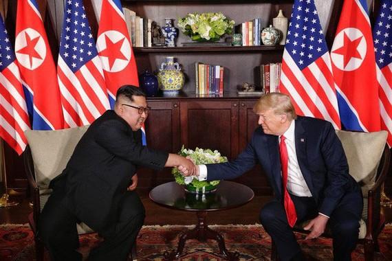 Nhà lãnh đạo Triều Tiên Kim Jong-un (phải) và Tổng thống Mỹ Donald Trump tại hội nghị thượng đỉnh lịch sử Mỹ - Triều hôm 12-6 tại Singapore. Ảnh: Straits Times