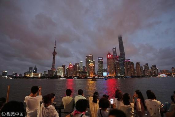 Khách du lịch thưởng thức đêm Thượng Hải ngày 21-7 trước khi bão Ampil đến. Ảnh:China Daily