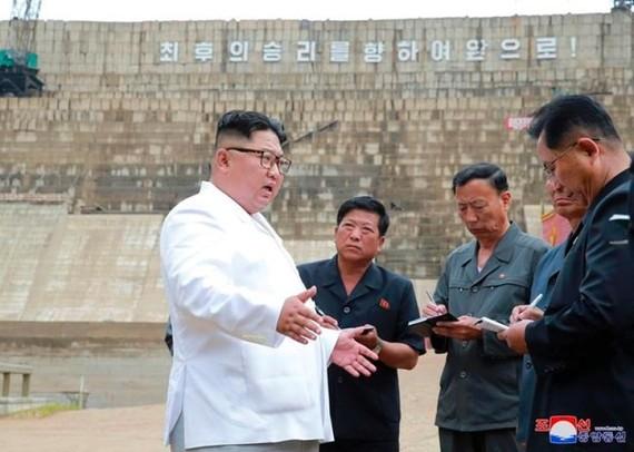 Nhà lãnh đạo Triều Tiên Kim Jong-un thanh sát công trường xây dựng nhà máy thủy điện ở tỉnh Bắc Hamgyong, Triều Tiên. Ảnh : preecevilleprogress.com