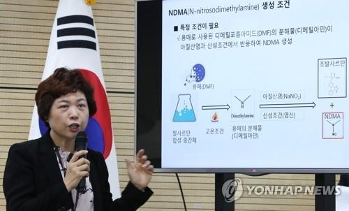 Một quan chức của Bộ An toàn Thực phẩm và Thuốc đang cung cấp thông tin về cuộc điều tra về nguy cơ của hoạt chất valsartan. Ảnh: Yonhap