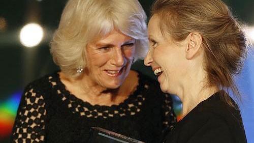 Nữ công tước xứ Cornwall, bà Camilla -  vợ Thái tử Charles trao giải thưởng cho nhà văn Anna Burns. Ảnh: AP