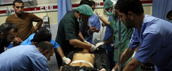Cấp cứu người bị thương trong vụ đánh bom ngày 21-10. Ảnh: ABC News