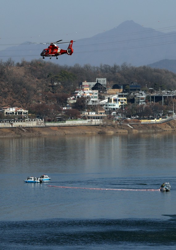 Cứu người bị nạn trên sông Hàn. Ảnh: YONHAP