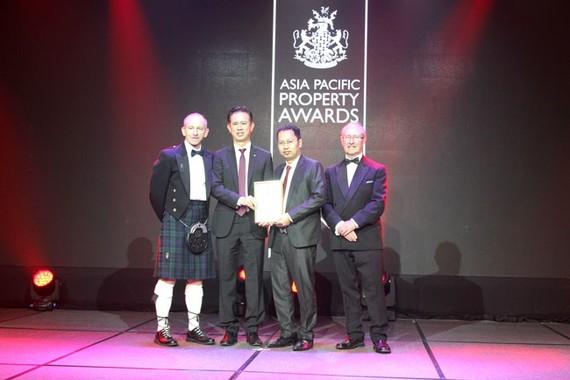 Ông Chu Chee Kwang – CEO và ông Nguyễn Minh Quang - Giám đốc Kinh Doanh & Tiếp thị CTCP Đầu tư Nam Long nhận giải thưởng.
