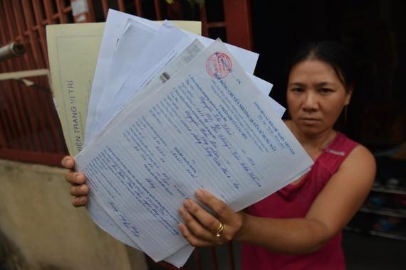 Gần 15 năm qua, vợ chồng chị Nguyễn Thị Xuân Minh (39 tuổi) nộp hồ sơ xin cấp sổ đỏ không được vì chủ đất cho biết đã thế chấp sổ đỏ cũ ở ngân hàng