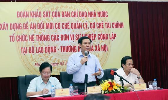 Phó Thủ tướng Vương Đình Huệ, Trưởng Ban Chỉ đạo Nhà nước về đổi mới cơ chế hoạt động đơn vị sự nghiệp công lập cùng đoàn công tác của Ban Chỉ đạo làm việc với Bộ Lao động-Thương binh và Xã hội.