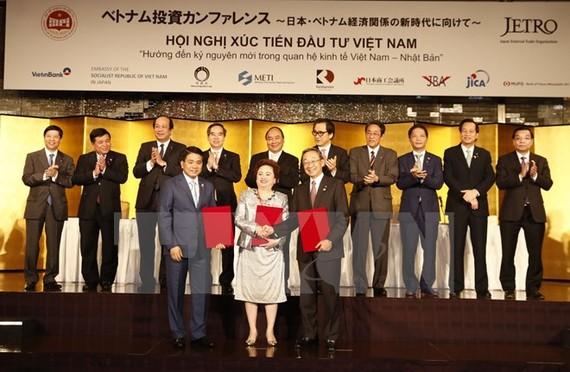 Thủ tướng Nguyễn Xuân Phúc chứng kiến việc ký kết một số văn kiện hợp tác của các công ty Việt Nam-Nhật Bản.