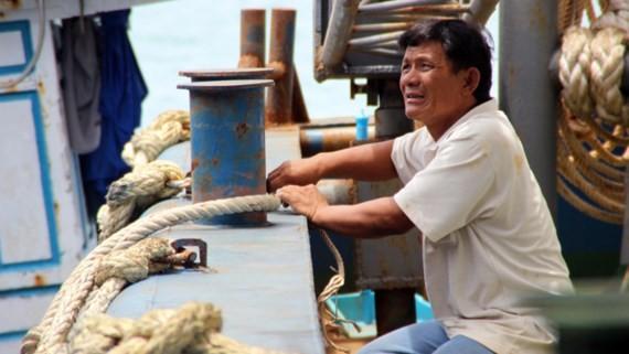 Ngư dân Lê Ngô Hát lo âu bên con tàu vỏ thép BĐ 99168-TS nằm bờ do hư hỏng nghiêm trọng