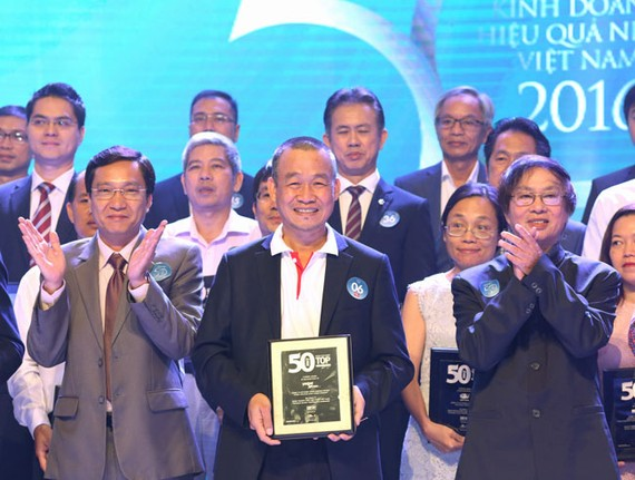 Giám đốc điều hành Vietjet Lưu Đức Khánh nhận giải thưởng.